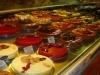 In der Bäckerei gibt es neben den üblichen Backwaren auch handgemachte Torten.