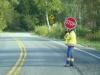Bei uns gibt es vor Baustellen Ampeln die den wechselnden Verkehr regeln. Hier gibt es nur Schilder-Halter. Das Schild kann gedreht werden. Auf der anderen Seite steht Slow.